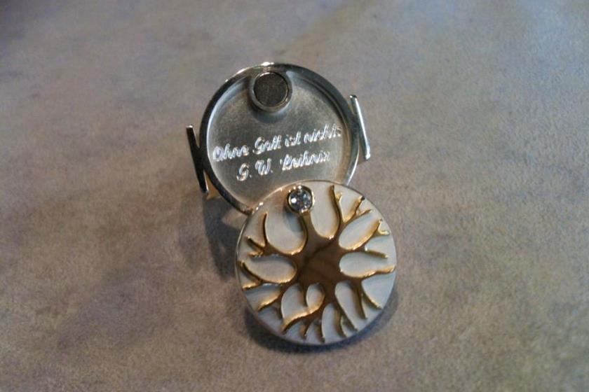 """Im Inneren des Ring-Kopfes unter der Speicherkarte befindet sich die Gravur: """"Ohne Gott ist nichts. G.W.Leibniz"""""""